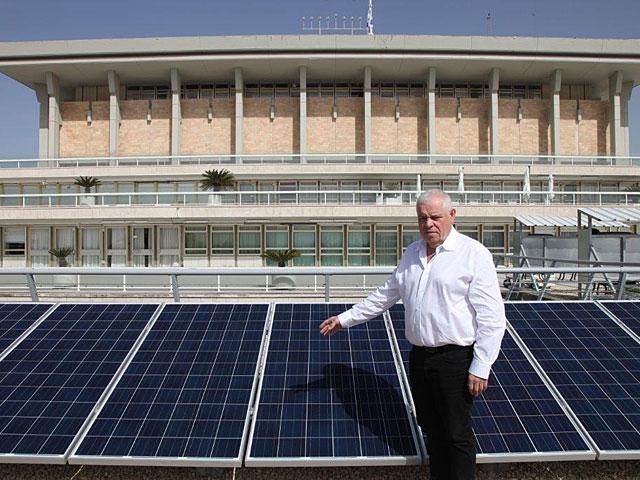 Начата установка солнечных батарей на крыше Кнессета